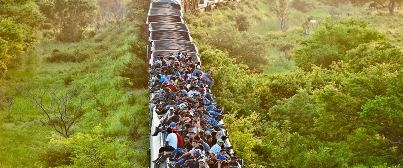La Bestia, desde el puente de Los Corazones. Frontera entre Oaxaca y Chiapas | Forasteros. De migrantes, refugiados y exiliados | Museo Amparo, Puebla