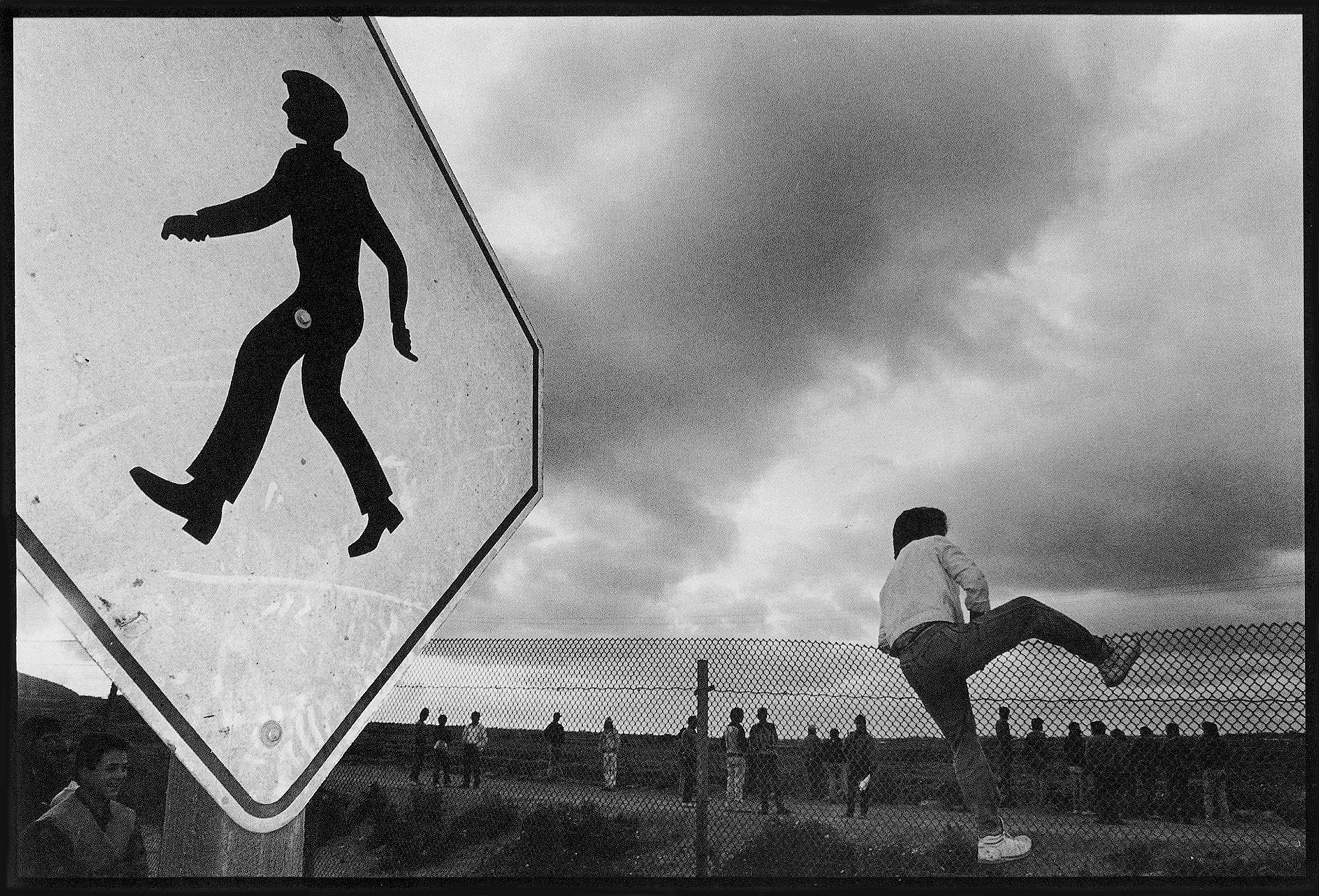 Saltando la reja, frontera Tijuana-San Isidro   Forasteros. De migrantes, refugiados y exiliados   Museo Amparo, Puebla